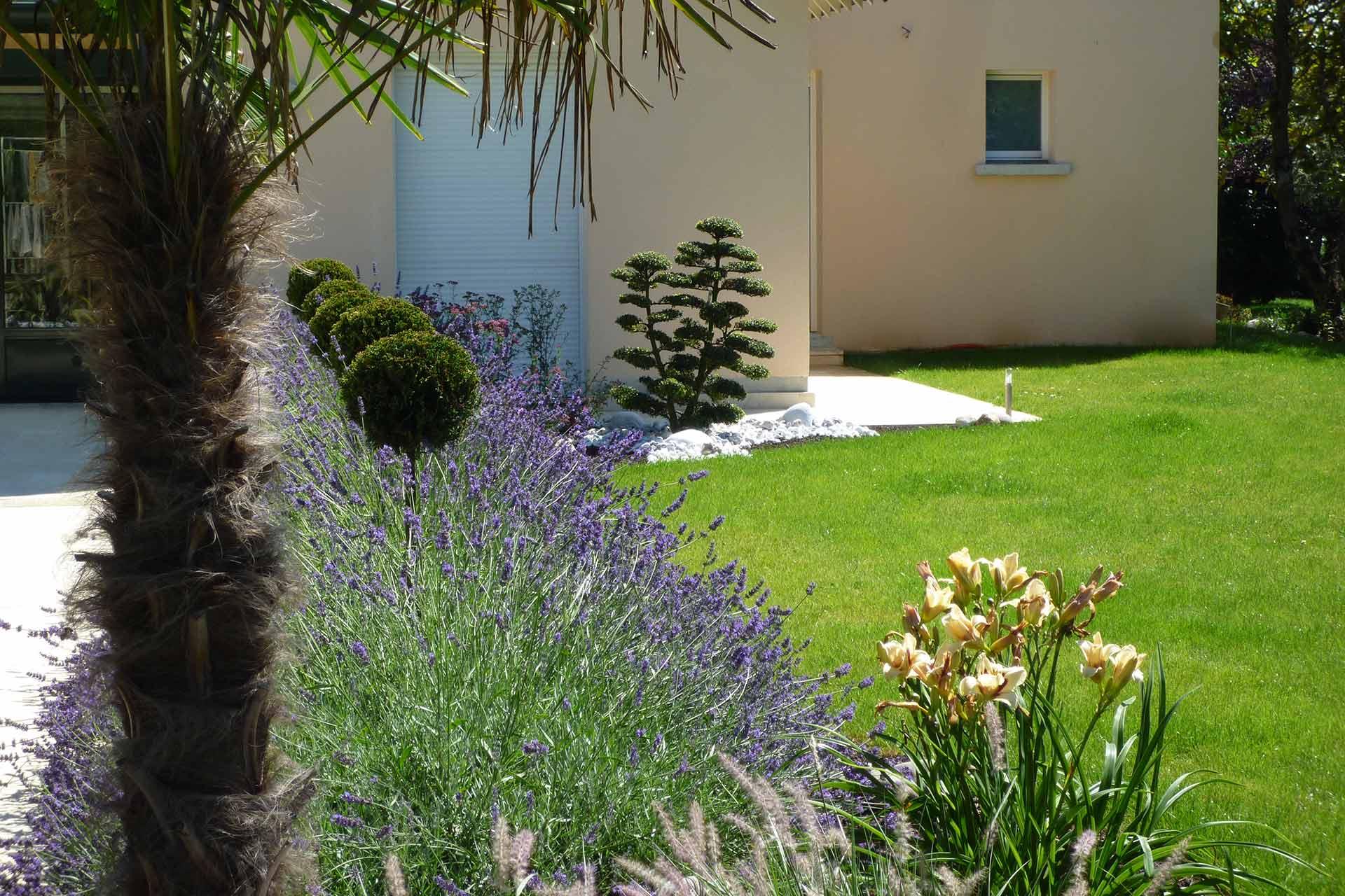 Serrault Jardins situé à la Ville aux Dames, crée des entrées paysagées.