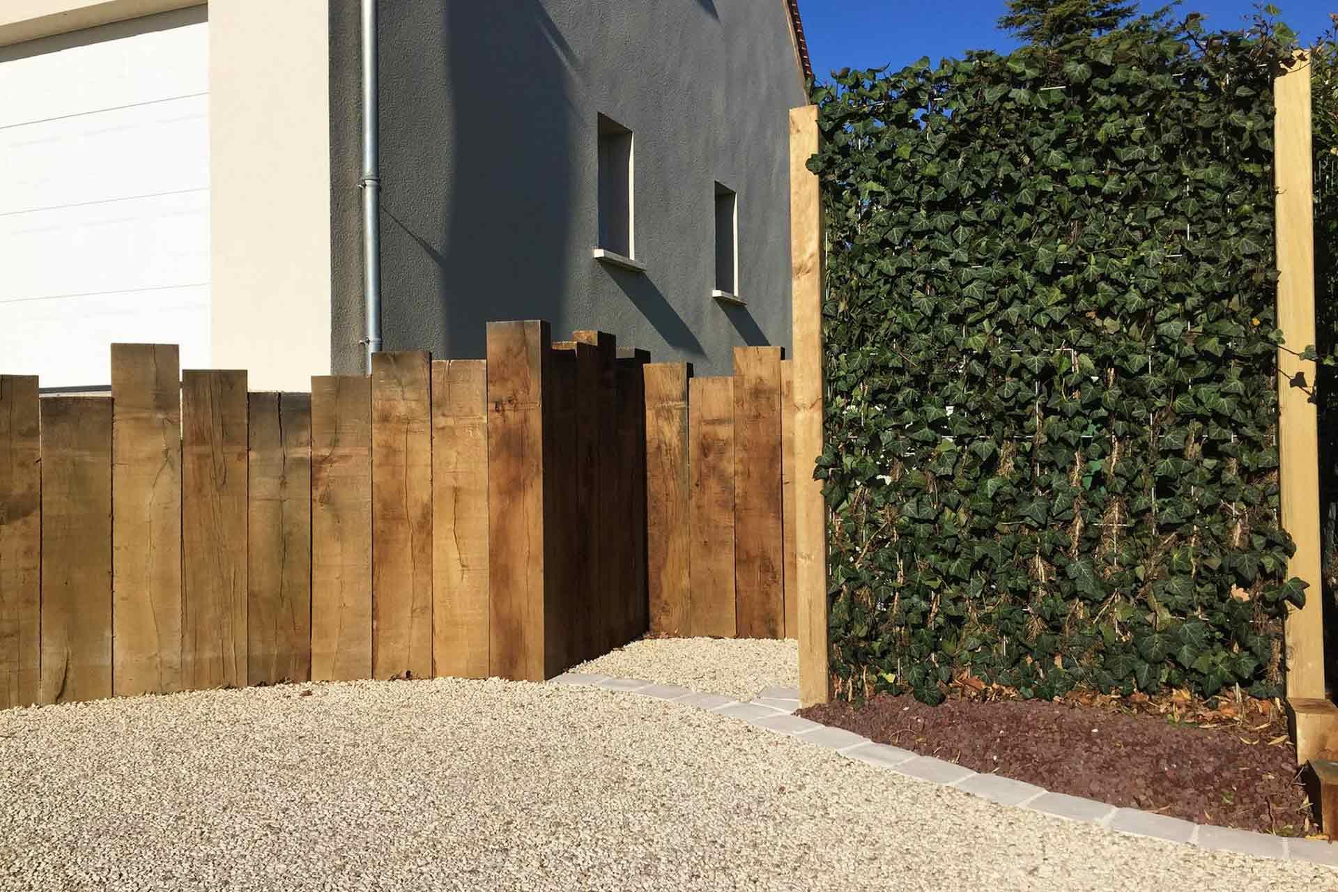 Serrault Jardins, paysagiste crée des accès de garage en béton désactivé.