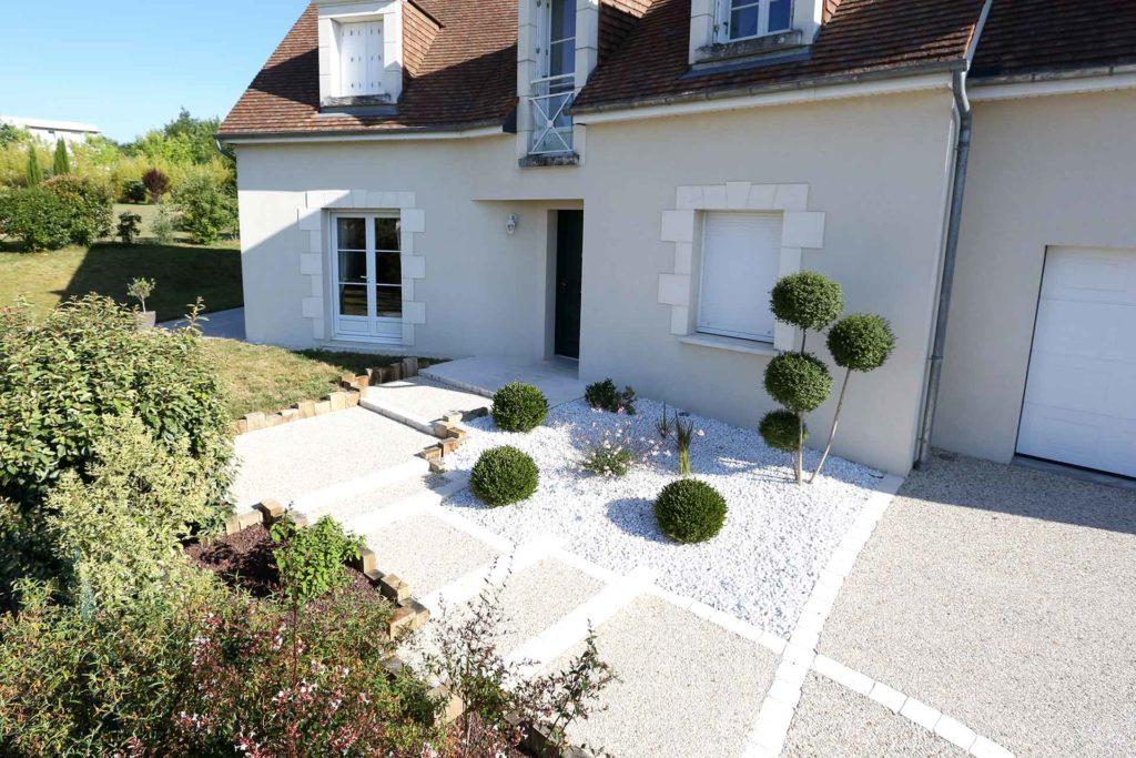 Serrault Jardins, paysagiste réalise votre accès de garage en béton désactivé.