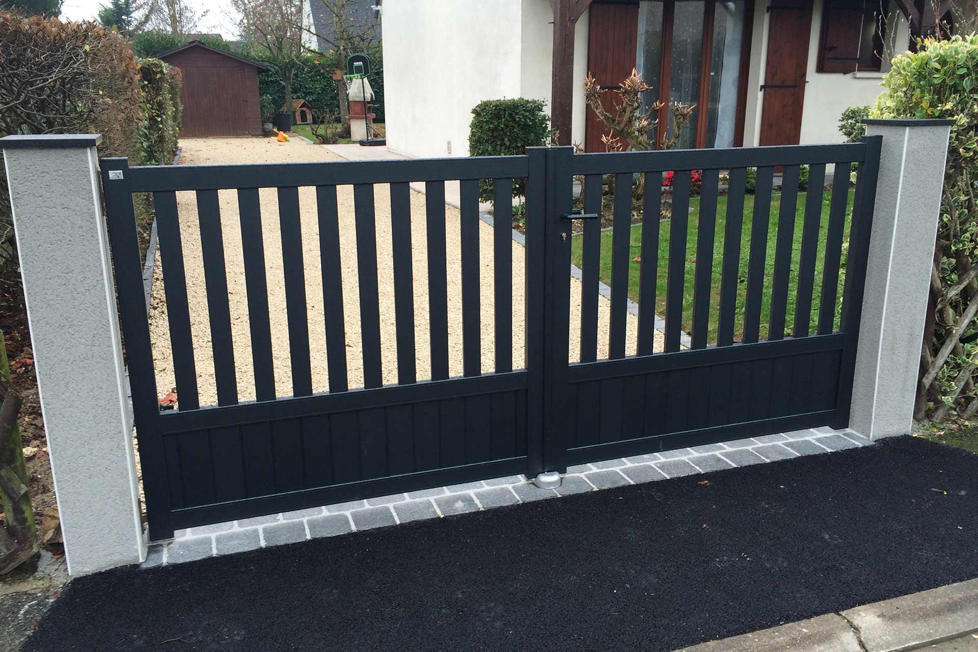 Serrault Jardins réalise les contours de votre maison grâce à sa gamme de portails et clôture.