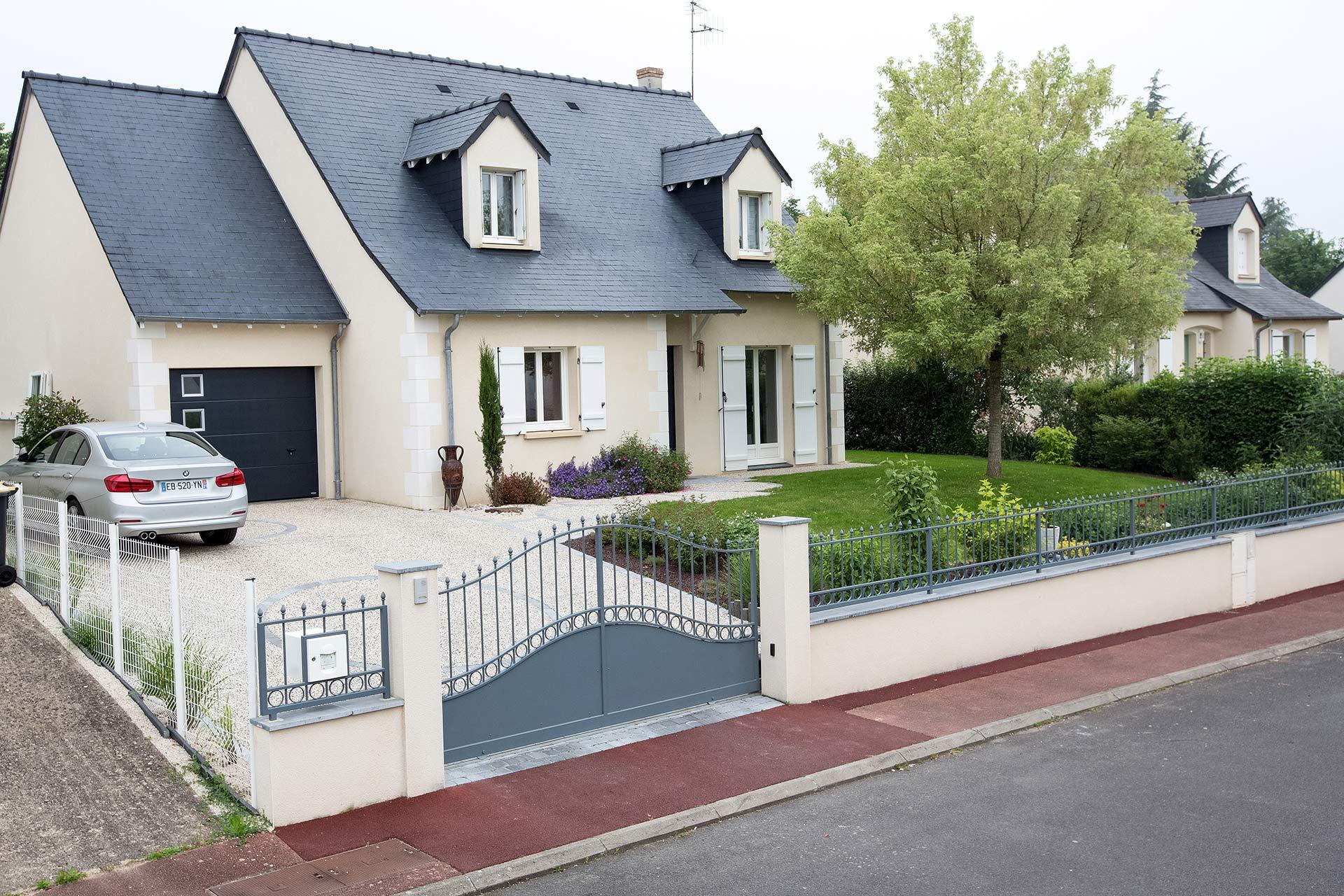 Serrault Jardins situé à la Ville aux Dames, vous propose ses services pour l'installation de votre portail et votre clôture..