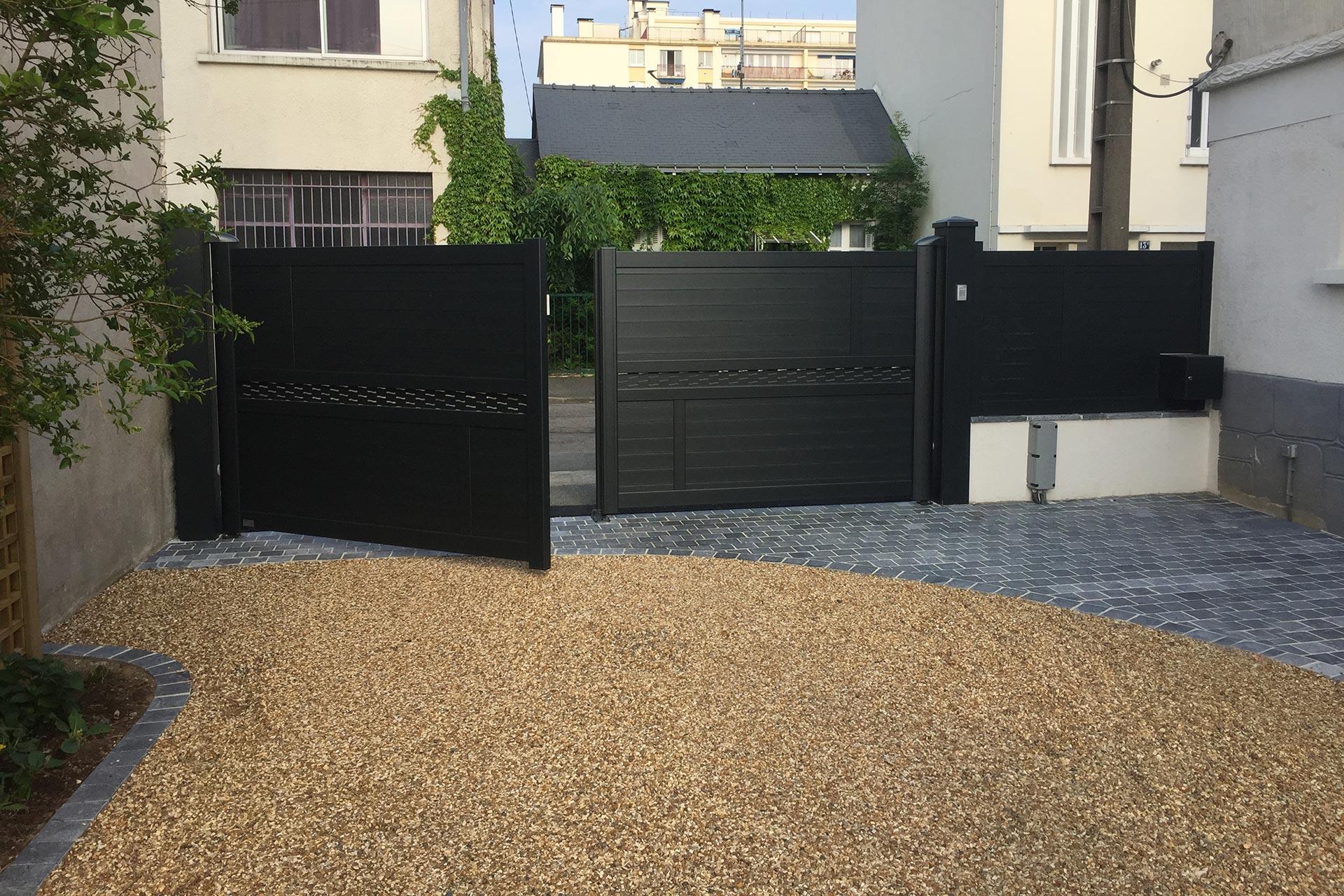 Serrault Jardins, aménage vos extérieurs et vous propose une large gamme de portails et clôtures.
