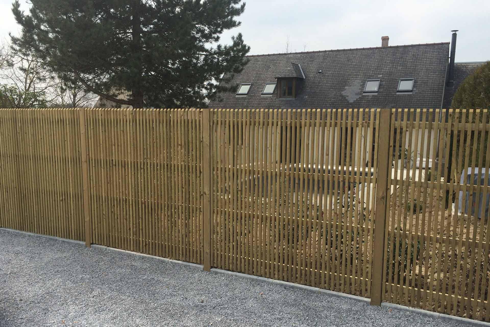 Serrault Jardins vous propose des panneaux en bois pour occulter une partie de votre jardin.