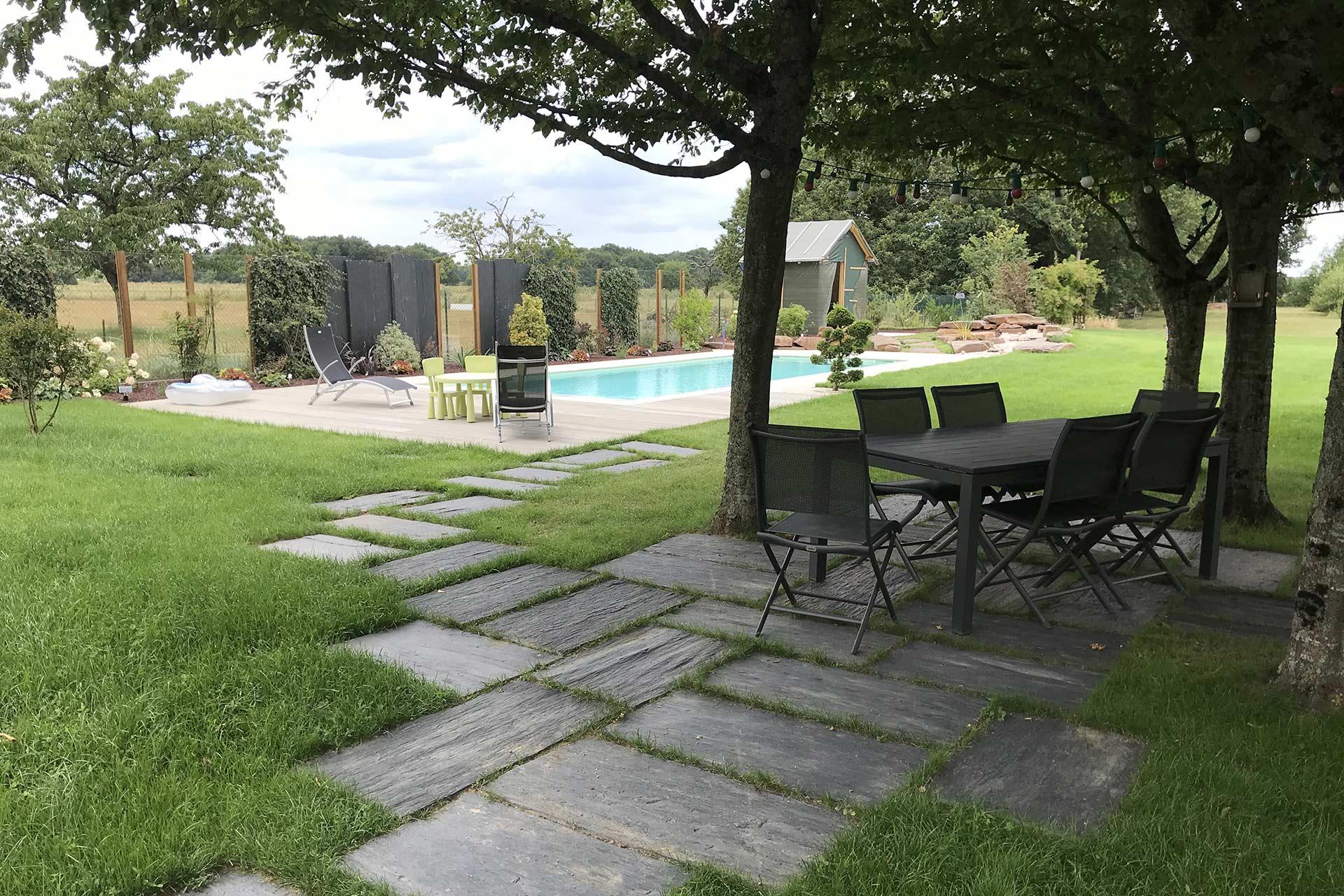 Serrault Jardins, réalise des terrasses en pavés de schistes.