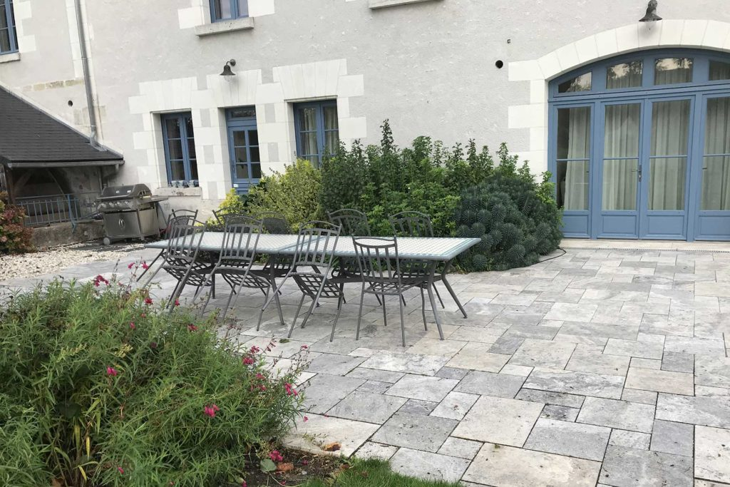 Serrault Jardins réalise des terrasses en pierres naturelles.