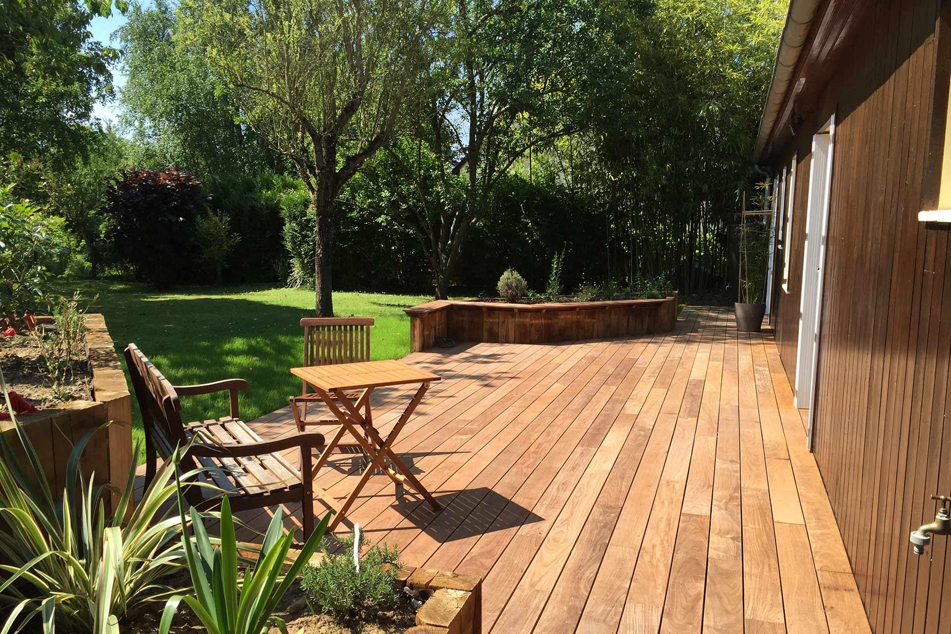 Serrault Jardins à Tours, réalise des terrasses en bois.
