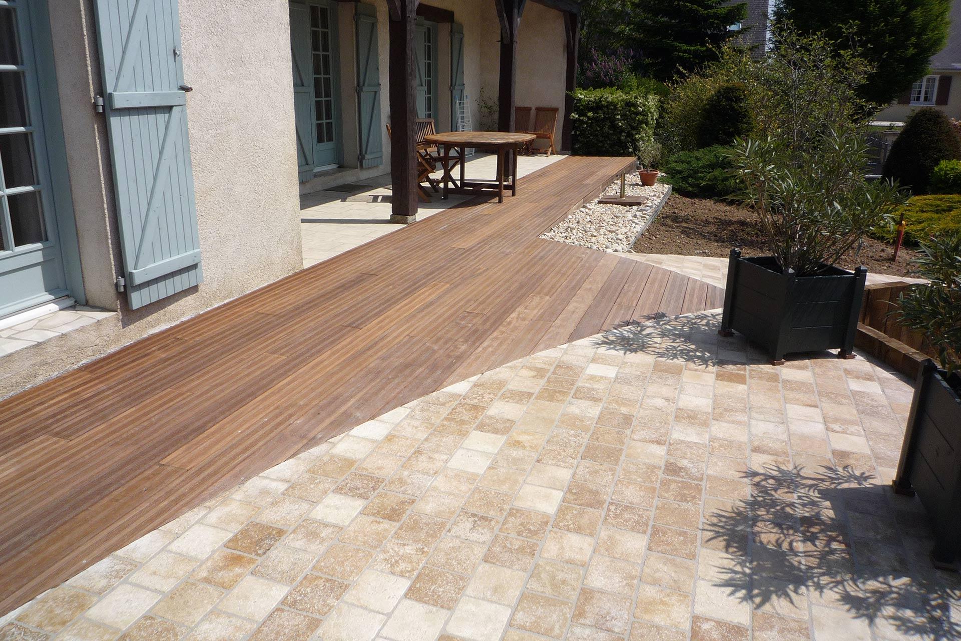 Entreprise d'architecture paysagère, Serrault Jardins vous propose des terrasses en travertin ou lames bois.