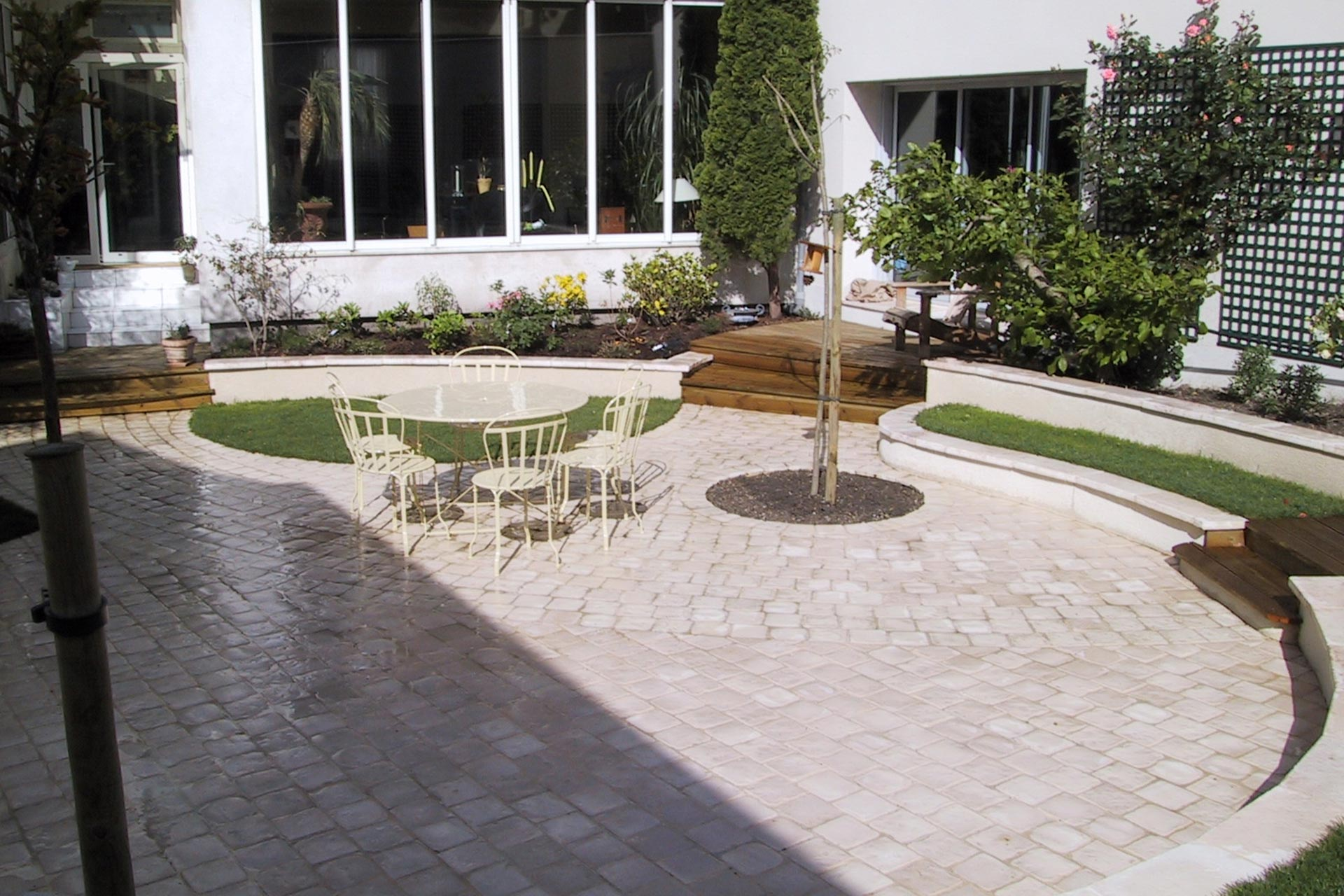 Si vous souhaitez redonner un coup de jeune à votre terrasse, faites appel à votre paysagiste dans le 37, Serrault Jardins.