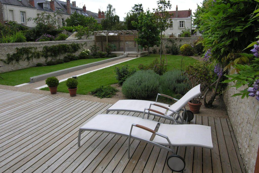 Serrault Jardins, crée des terrasses en bois ou imitation bois pour les particuliers.