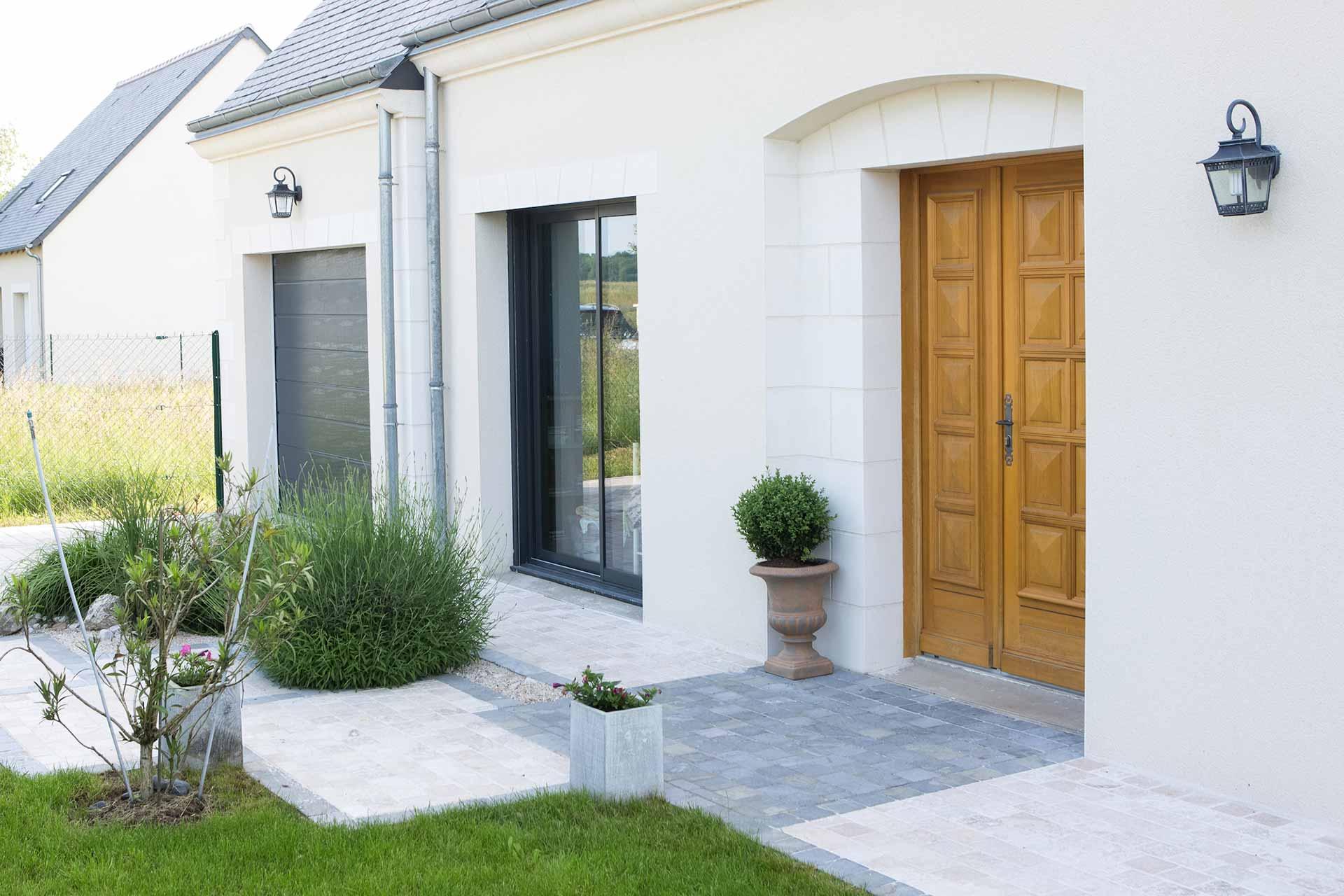 Serrault Jardins embelli votre entrée avec la réalisation de massifs.