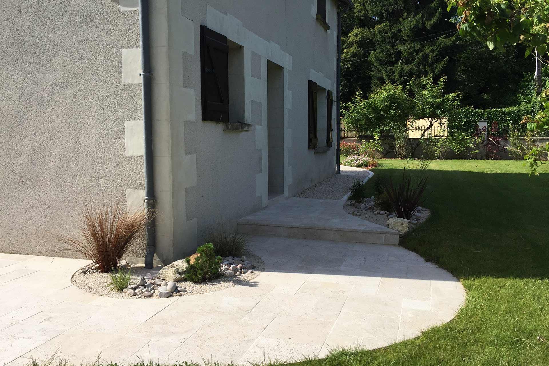 Pour vos terrasses, allées et accès en travertin, Serrault Jardins, vous propose ses services.