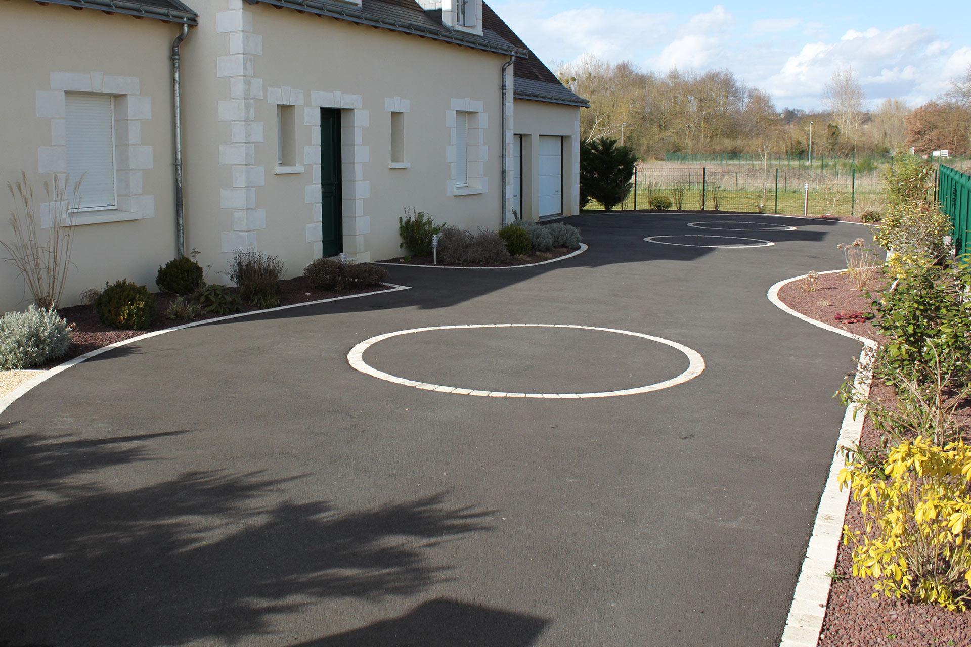 Serrault Jardins vous propose l'aménagement de votre accès de garage en enrobé noir.