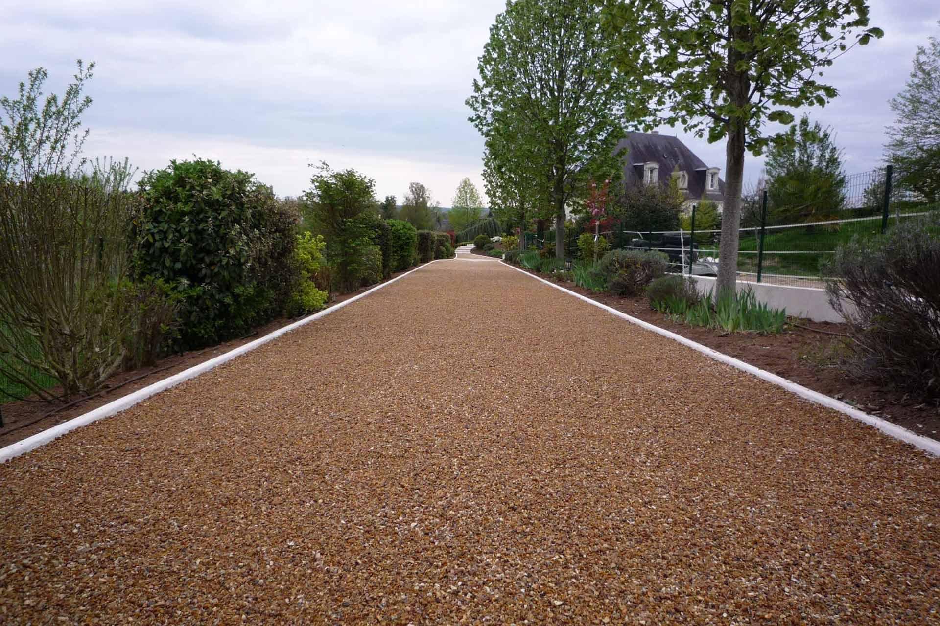 Serrault Jardins, paysagiste à la Ville aux Dames, crée des allées en béton poreux.