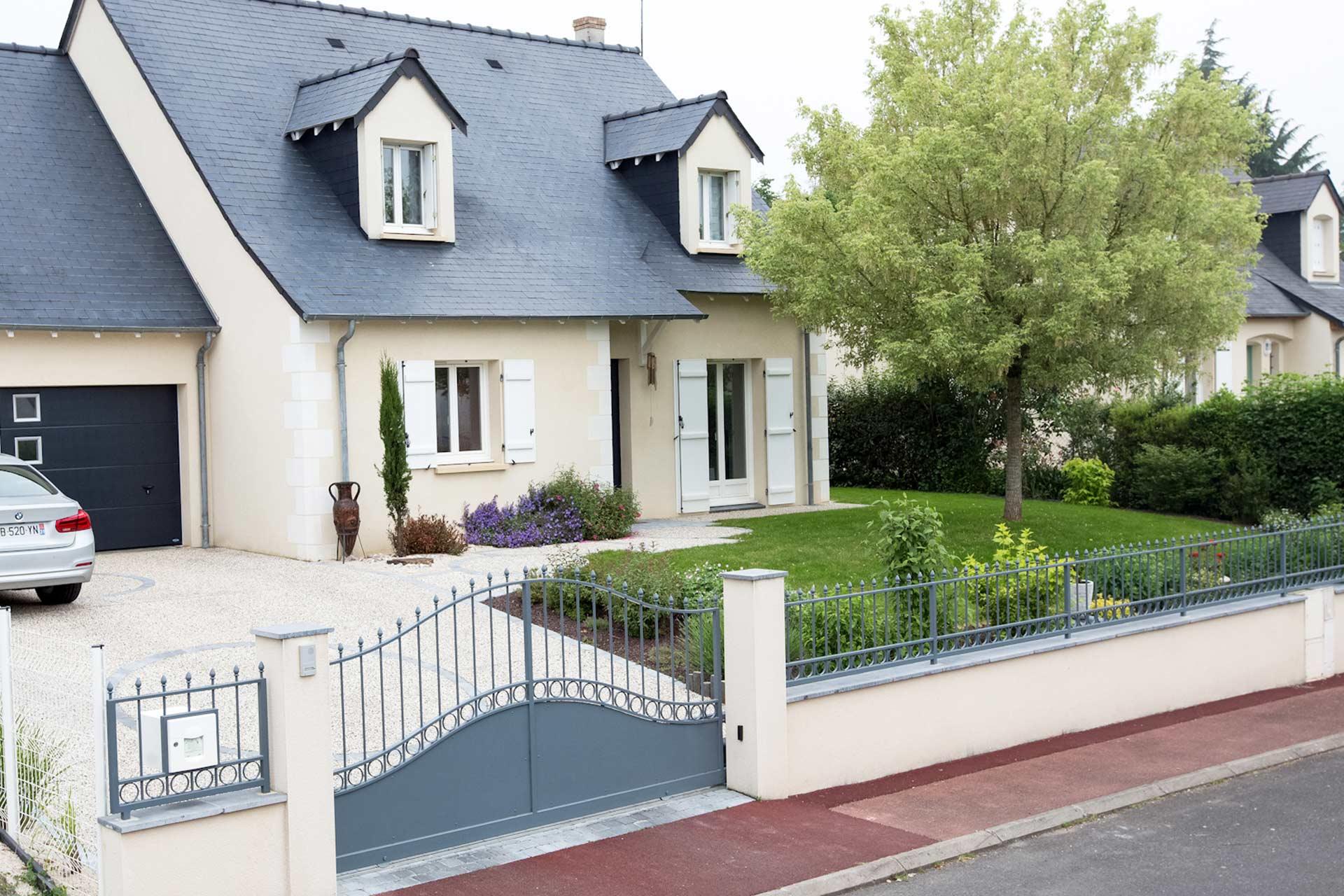 Serrault Jardins entreprise du paysage dans le 37, vous propose toute une gamme de portails et clôture de grande qualité.