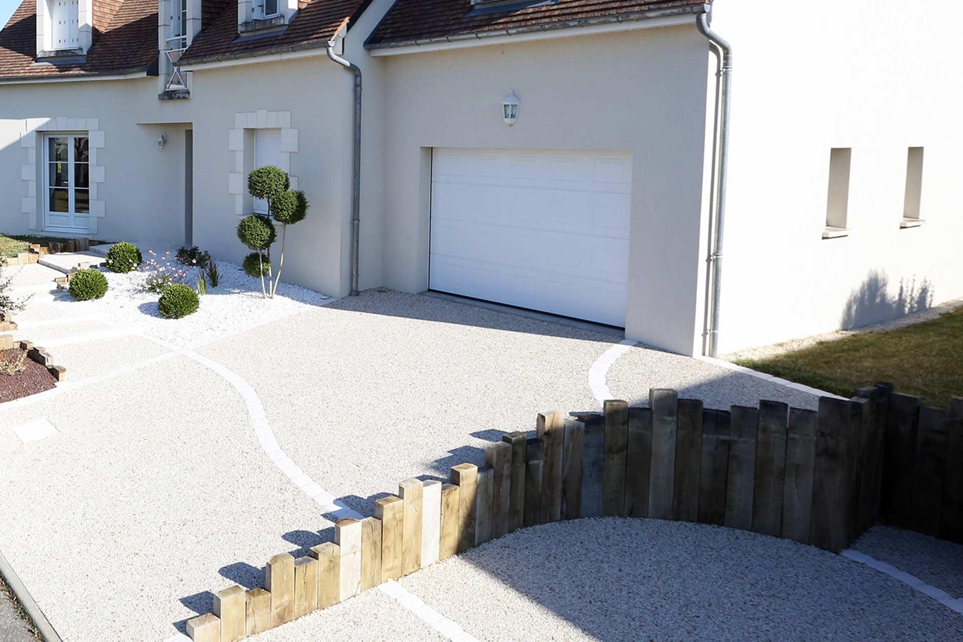 Serrault Jardins, entreprise du paysage sur La Villes aux Dames dans le 37 vous propose des accès de garage en enrobé rouges.