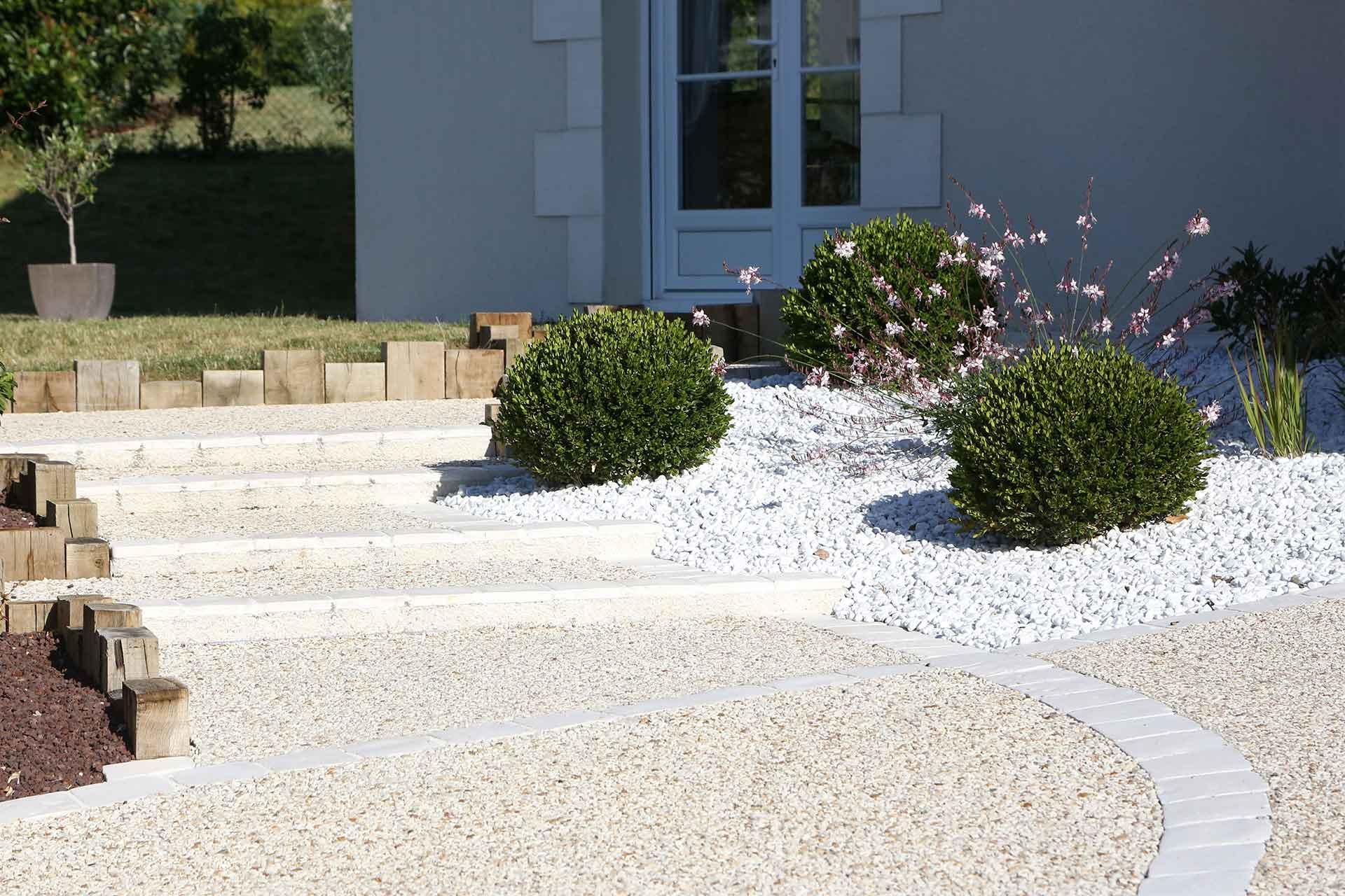 Pour le revêtement de votre allée, qu'elle soit piétonne ou carrossable, nous trouverons avec vous le matériau adéquat et esthétique qui va unir votre maison au jardin.