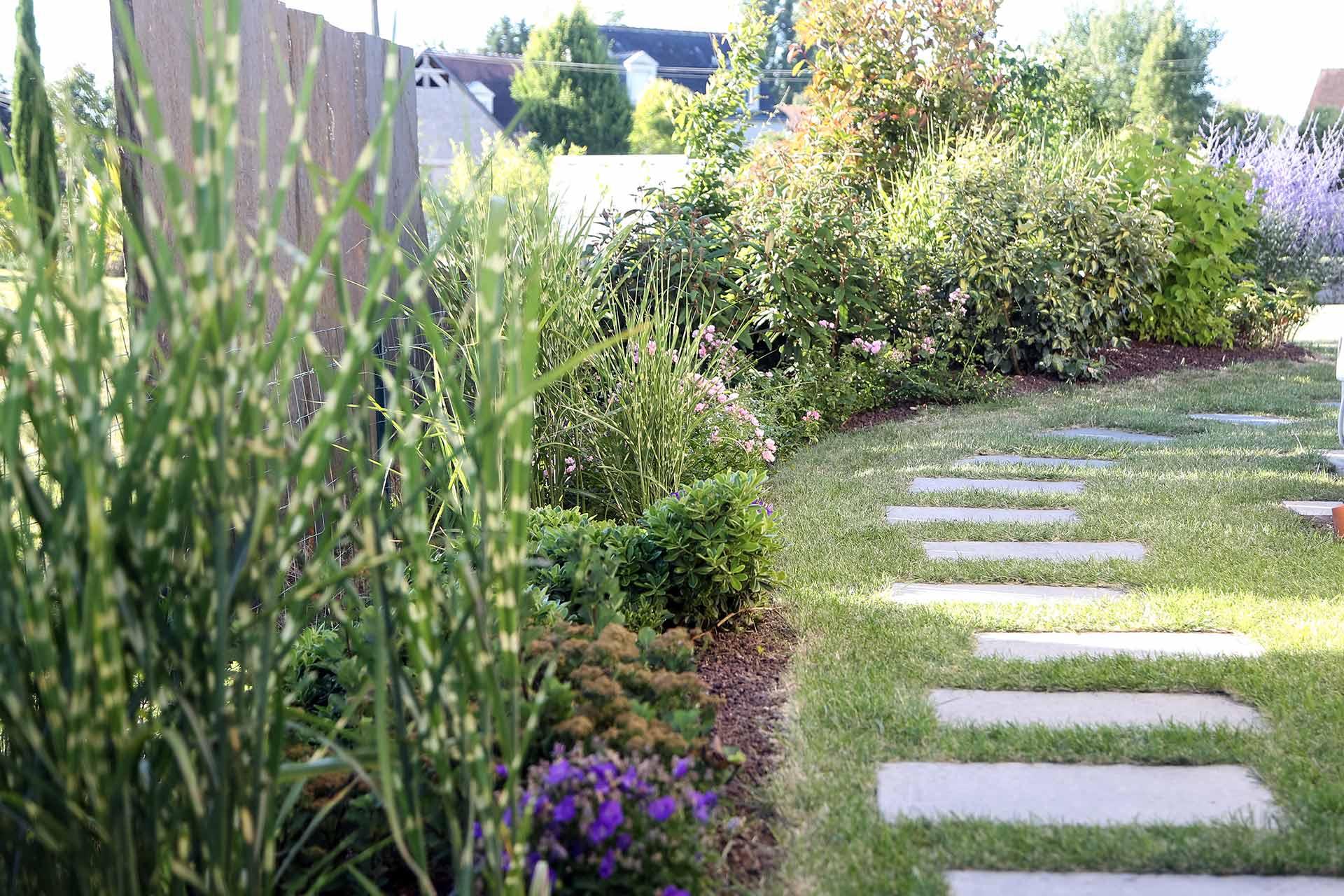 Agrémentez vos massifs avec des végétaux adpatés à votre jardin grace aux conseils de votre paysagiste.