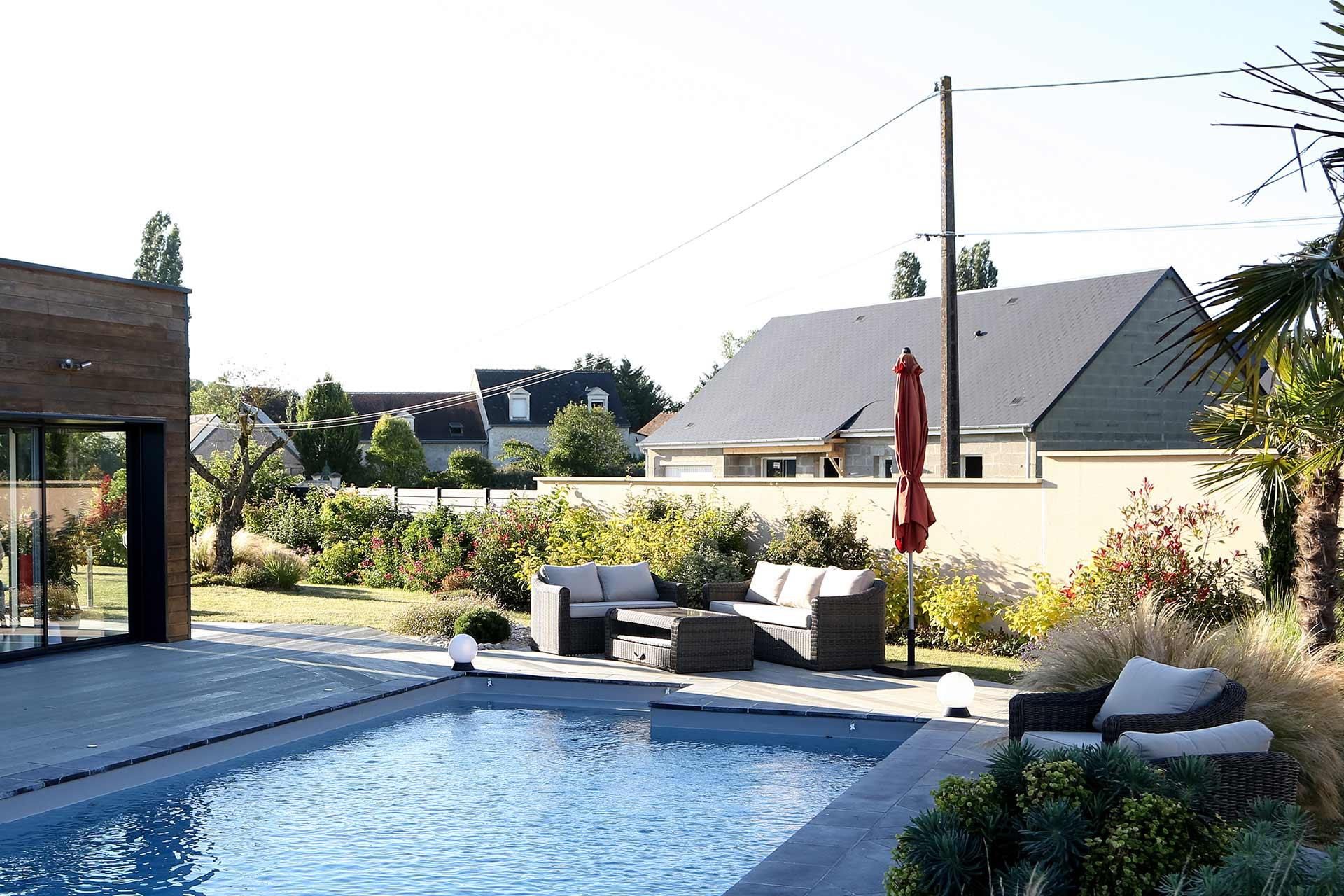 Serrault Jardins, paysagiste dans le 37, aménage vos abords de piscine.