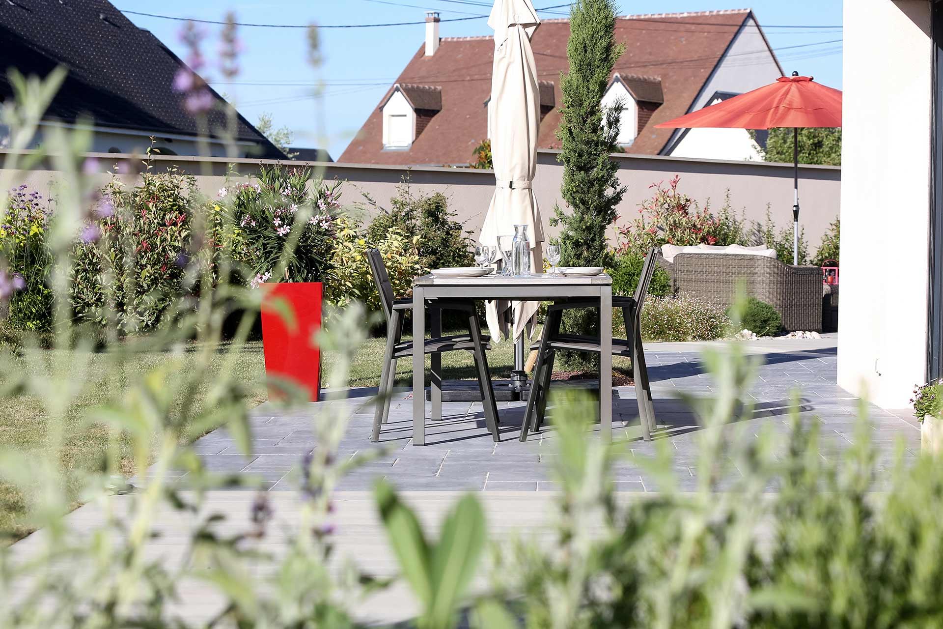 Serrault paysagiste sur la Ville aux Dames vous propose ses services pour la création de vos massifs.