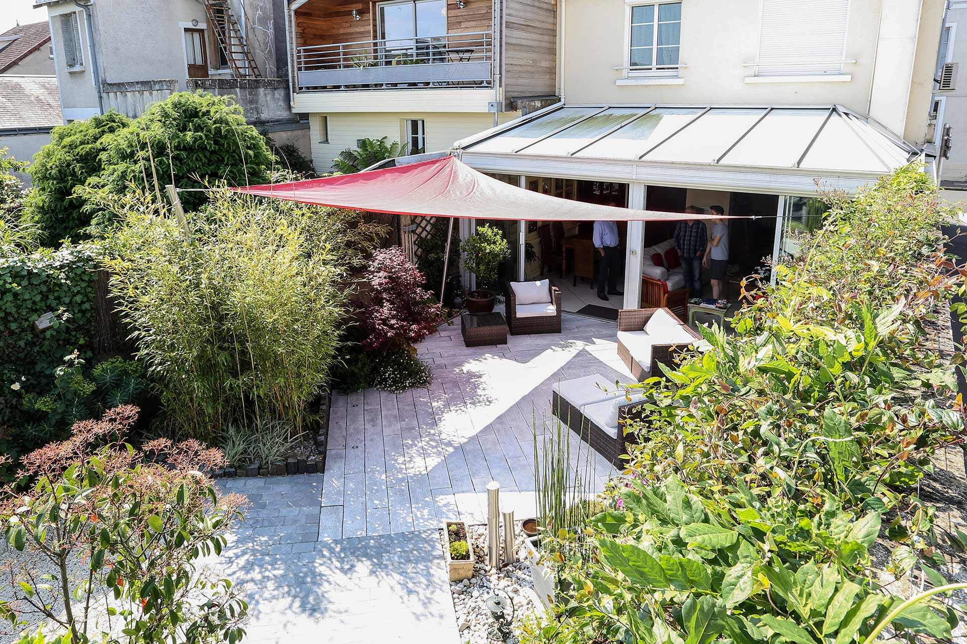 Vous cherchez une terrasse en imitation bois, Serrault Jardins vous propose ses services.