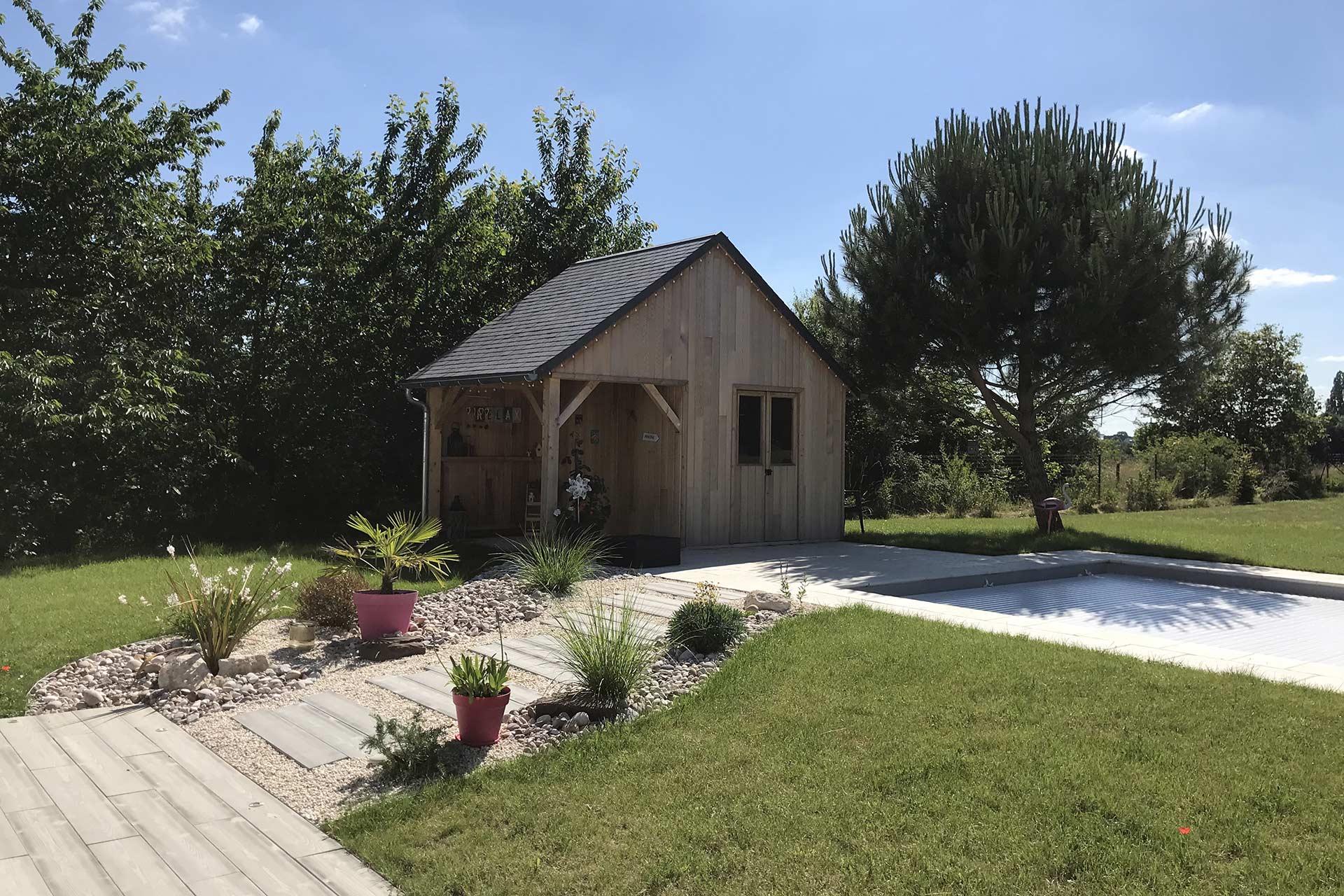Serrault Jardins réalise des massifs, abords de piscine, terrasse ou encore abris de jardin.