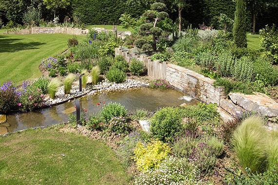 Serrault Jardins créé des bassins et cascades pour sublimer votre jardin.