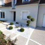 Serrault Jardins, paysagiste à la Ville aux Dames, réalise des allées en béton désactivé.