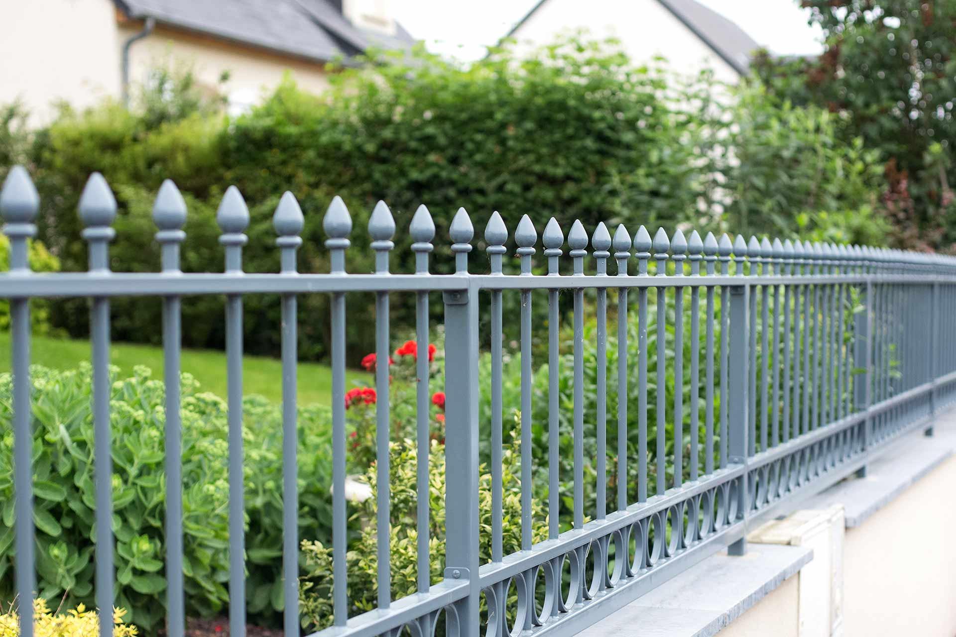 Paysagiste à la Ville aux Dames, Serrault Jardins vous propose des clôtures classiques ou modernes.