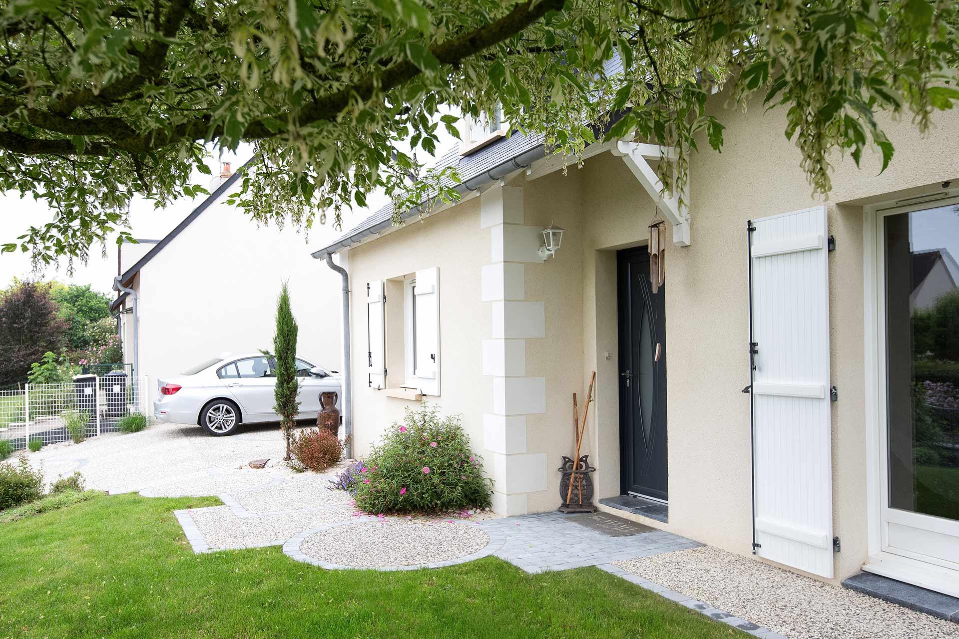 Paysagiste à la Ville aux Dames, Serrault Jardins vous propose la réalisation de votre entrée paysagée.