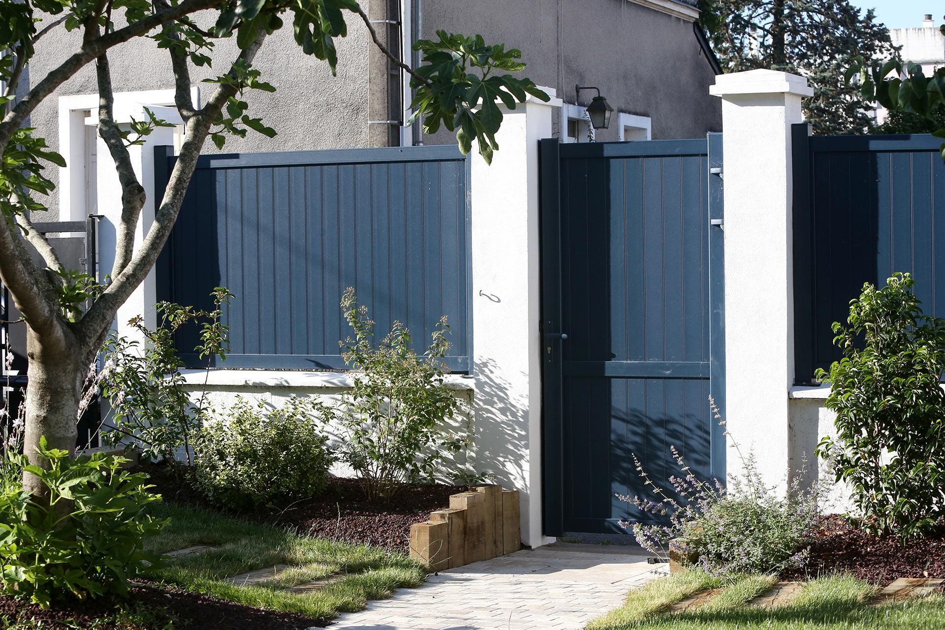 Serrault Jardins propose une large gamme de clôture en alu, bois ou encore en PVC.