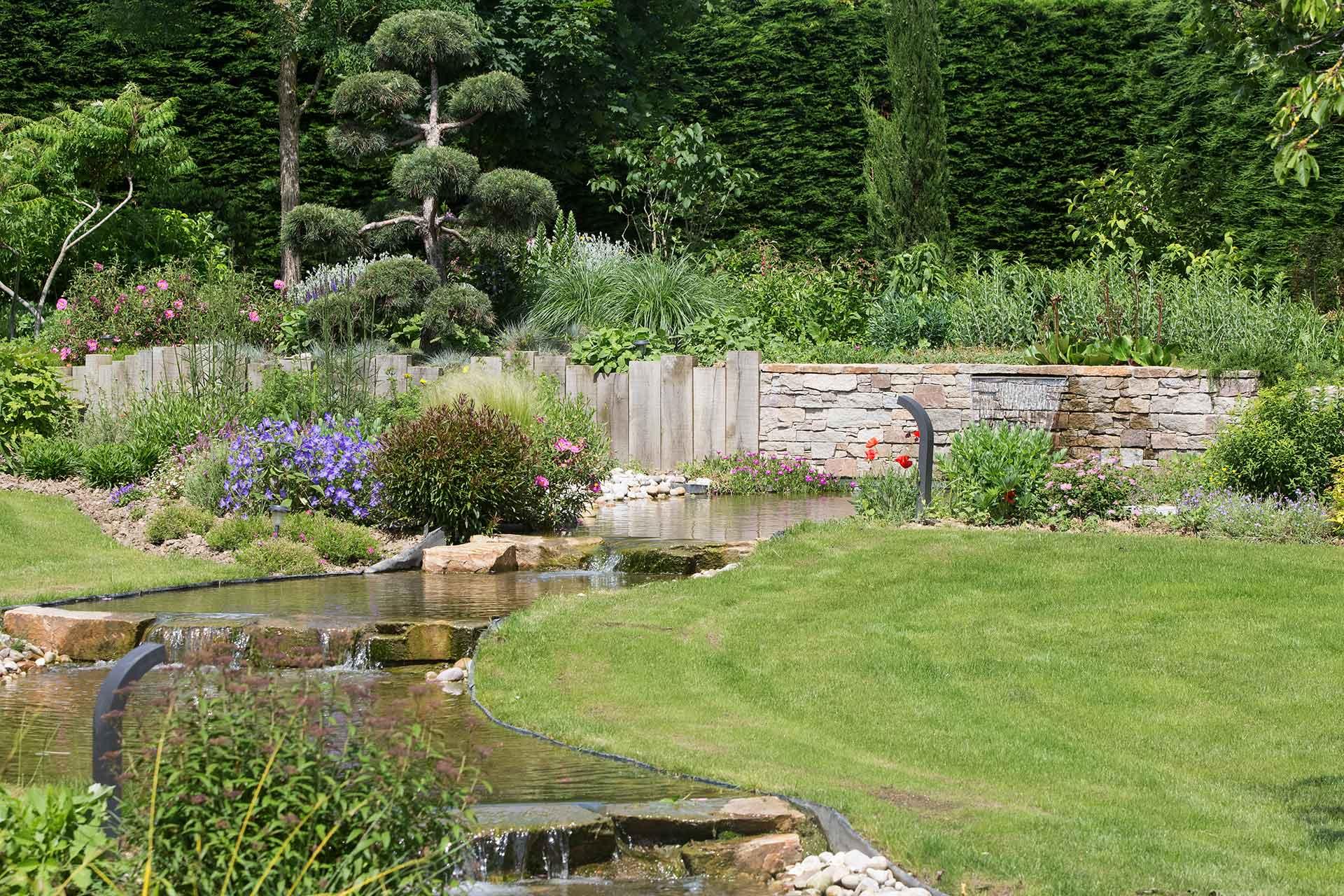 Serrault Jardins, paysagiste à la Ville aux Dames vous propose l'aménagements de vos massifs.