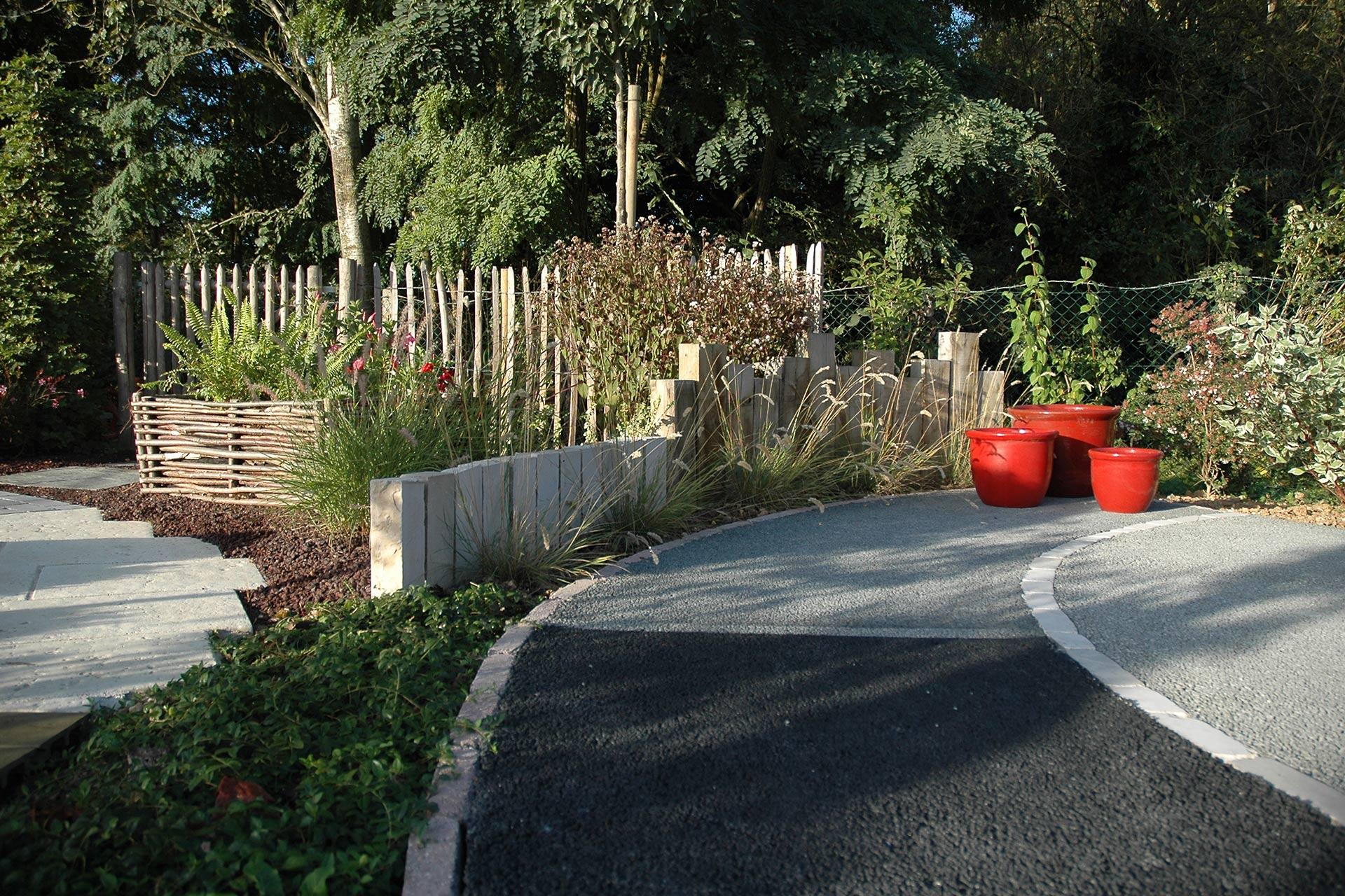 Serrault Jardins, créateur de jardins, réalise vos accès en enrobé.