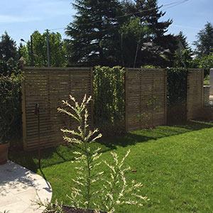 Serrault Jardins propose des panneaux en bois pour clôturer votre jardin.